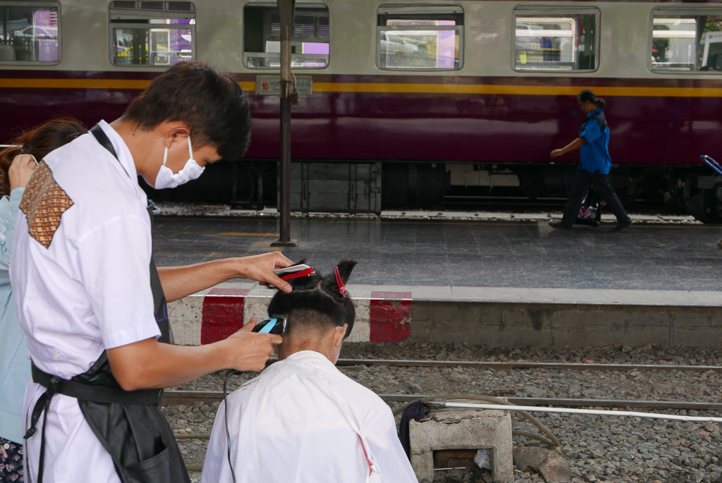 Improvised hairdresser's on a platform in Bangkok's main railway station (photo by Irina Stelea)
